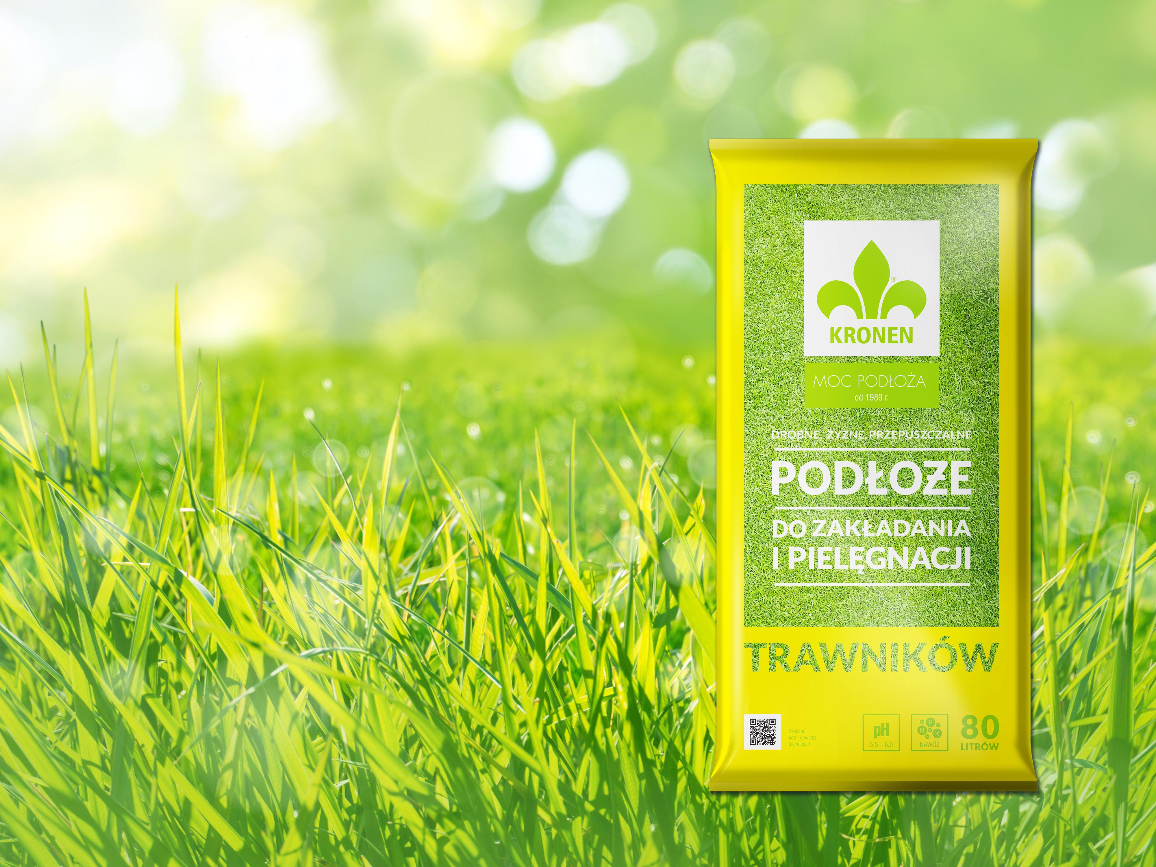 Zdj. 1. Ziemię gliniastą powinno się wymieszać glebogryzarką z właściwym gruntem, wysiać nasiona trawy, a następnie przykryć je minimum centymetrową warstwą podłoża do trawników.