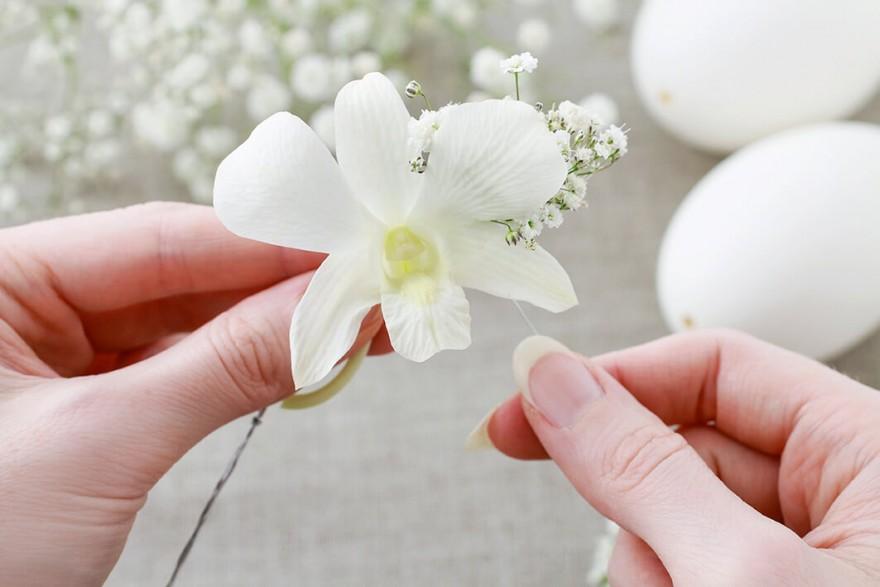 4. Na podstawie z dłuższego fragmentu drutu umieszczamy kolejno i naprzemiennie kwiaty storczyka