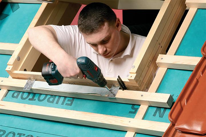 Najwygodniej okno dachowe zamontować na etapie układania pokrycia dachowego