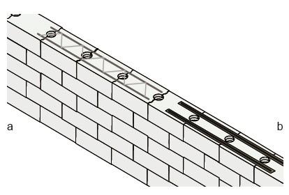 Dwa sposoby wykonania zbrojenia pod oknem: a) gotowa drabinka zbrojeniowa układana na powierzchni bloczków, b) zbrojenie za pomocą prętów umieszczonych w bruzdach i zalanych betonem.