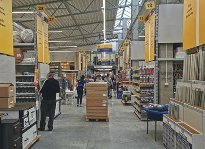 BISKUPIEC (woj. warmińsko- -mazurskie) – otwarcie marketu Mrówka odbyło się 6.08.2021 r., – właścicielem jest spółka WĘGLEWSKI, – powierzchnia handlowa sklepu wynosi 1700 m2 + ogród zewnętrzy 800 m2, – klientów obsługuje 24-osobowy zespół.