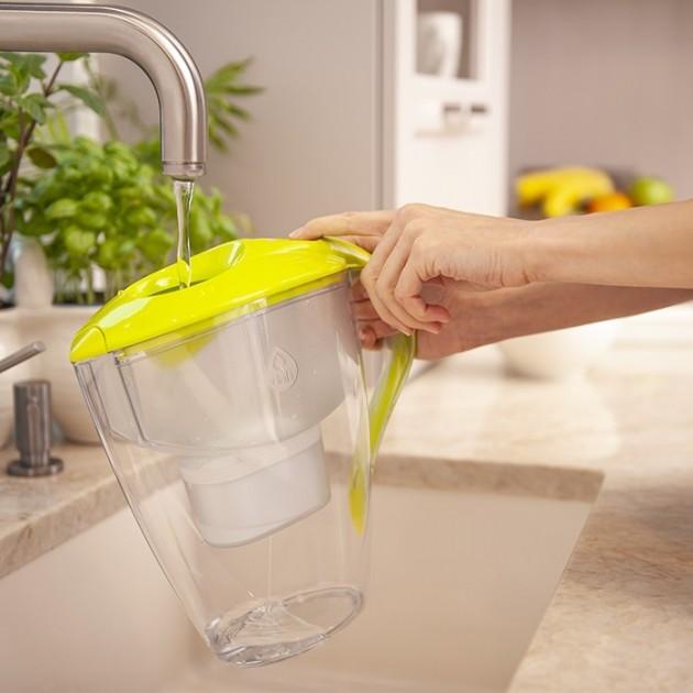 Do dzbanka filtrującego nalewamy wodę prosto z kranu