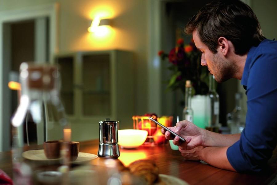 Sterowanie oświetleniem możemy za pomocą odpowiedniej aplikacji w smartfonie (fot. Philips Lighting)