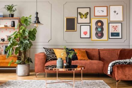 Kolorowe grafiki to świetny sposób na dekorację ściany w salonie (fot. AdobeStock)