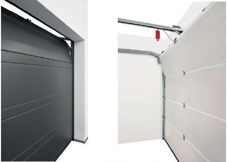 W garażach o grubych i szczelnych bramach warto zainstalować system automatycznej wentylacji. Wietrzenie odbywa się poprzez uchylenie najwyższego segmentu bramy.