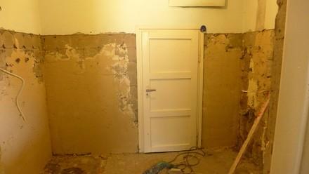 Remont łazienki - ściany po skuciu płytek