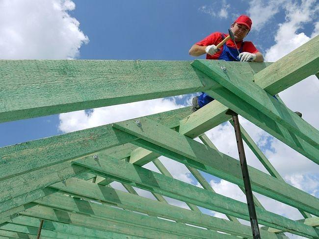 Drewnianą więźbę dachową można tak zabezpieczyć, aby w razie pożaru jak najbardziej opóźnić i utrudnić jej zapłon
