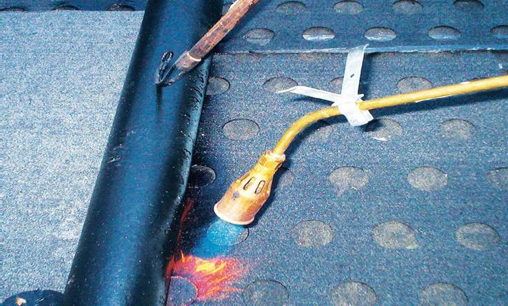 Rozłożoną na oczyszczonym betonowym podłożu papę podkładową możemy mocować łącznikami mechanicznymi lub zgrzewać – papa musi być przeznaczona do określonego sposobu mocowania.