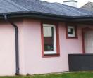 Pozbawioną ozdób elewację ożywi kolorystyczny akcent np. w postaci obramowania okien i drzwi innym kolorem farby.