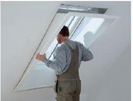 Montaż wewnętrznej wnęki okiennej LSB dopasowanej do rozmiaru okna dachowego i grubości konstrukcji dachu.