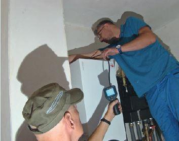 Sprawdzanie kamerą inspekcyjną przewodów spalinowych.