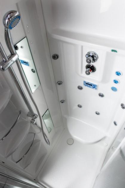 Dysze w kabinie z hydromasażem zbudowane są w taki sposób, aby woda wypływała z nich z określoną siłą (fot. AdobeStock)