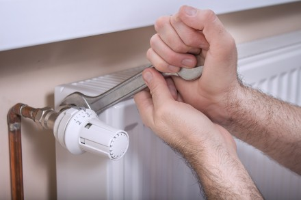 Zdj. 2. Proces odpowietrzania grzejników zacznij od ustawienia zaworu termostatycznego w zamkniętej pozycji.