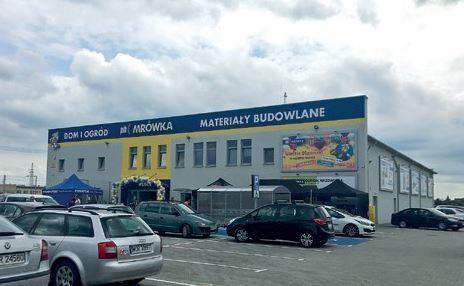 OSTRÓW MAZOWIECKA (woj. mazowieckie) – otwarcie Mrówki miało miejsce 18.05.2019, – właścicielem jest firma INWEST, – powierzchnia handlowa sklepu wynosi 950 mkw. + 450 mkw. ogród zewnętrzny.