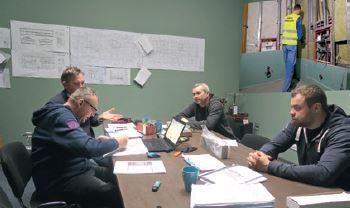 Krzysztof Karolczak (pierwszy od lewej) omawia z Krzysztofem Jędraszkiem (w głębi), bratem Wojciecha, wspólnikiem w firmie Sunbud, oraz swoimi specjalistami – Piotrem Szymańskim (z prawej) i Przemysławem Kubiakiem - zagadnienia związane z budową Mrówki w Łowiczu