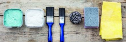 Do malowania mebli najczęściej wykorzystujemy pędzle oraz wałki. Sprawdzą się także wyroby gąbkowe. Powinny dobrze chłonąć farbę, utrzymywać ją tak by nie kapała, i równomiernie ją rozprowadzać. Wykorzystanie pędzli sprzyja ekonomicznemu zużyciu farb, sprawia, że wykorzystujemy ich znacznie mniej. Najlepiej sięgać po pędzle z krótkim runem, które idealnie nadają się do powierzchni gładkich – a takie zazwyczaj są meble. Pędzle muszą być również dobrane do rodzaju użytej farby. Rozpuszczalnikowe najlepiej rozprowadza się pędzlami z włosia naturalnego. Przed użyciem należy je przeszlifować papierem ściernym, mamy wówczas gwarancję, że nie będą gubić włosia na malowanej powierzchni. Do preparatów wodorozpuszczalnych warto stosować pędzle z włosiem sztucznym. Tworzy je najczęściej mieszanka poliuretanu i poliestru. Są elastyczne i nie chłoną wody. Powierzchnie płaskie najlepiej malować pędzlem płaskim, natomiast do malowania narożników czy frezów użyjmy pędzelka okrągłego.