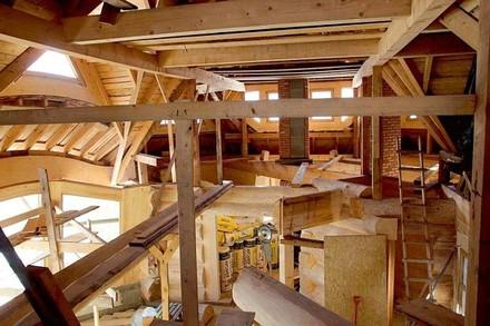 Tak rozbudowana i wielka powierzchniowo konstrukcja dachu wymaga szczególnej staranności wykonawców i doskonałego doboru materiałów izolacyjnych. Źródło: ISOVER