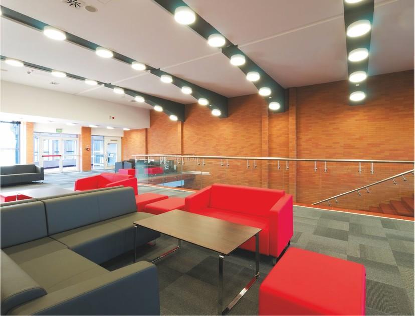 Klinkierowe ściany w przestrzennym wnętrzu pomogą wprowadzić element ciepła, przytulności i jednocześnie elegancji.