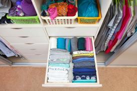 Ergonomia i ekonomia w szafie – drążki, wieszaki i uchwyty