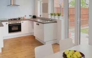 Drewno w kuchni – jakie gatunki drewna sprawdzą się w kuchni?