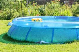 Zielona woda w basenie? Jak uzyskać krystaliczną wodę w basenie przez cały sezon?