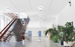 Artykuł: System F - sufit przymocowany do ściany. System korytarzowy.