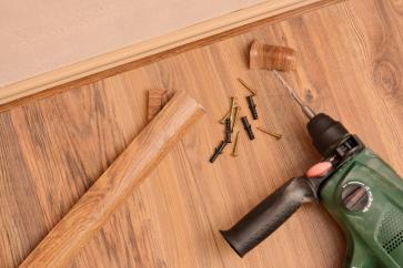 Krok po kroku – jak zamontować listwy przypodłogowe?