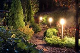 Lampy stojące w ogrodzie