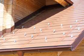 Zabezpieczenia przeciwśnieżne na dachu – płotki śniegowe, śniegołapy, rozpruwacze śniegu