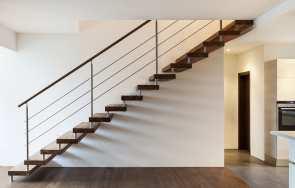 Łączenie różnych materiałów na stopniach schodów
