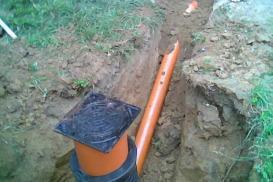 Kanalizacja zewnętrzna domu – przyłączenie kanalizacji do studzienki z tworzywa i włączenie do kolektora