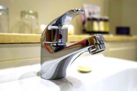 Baterie do umywalki – jakie są rodzaje baterii sztorcowych