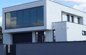 Duże przeszklenia na elewacji współczesnego domu