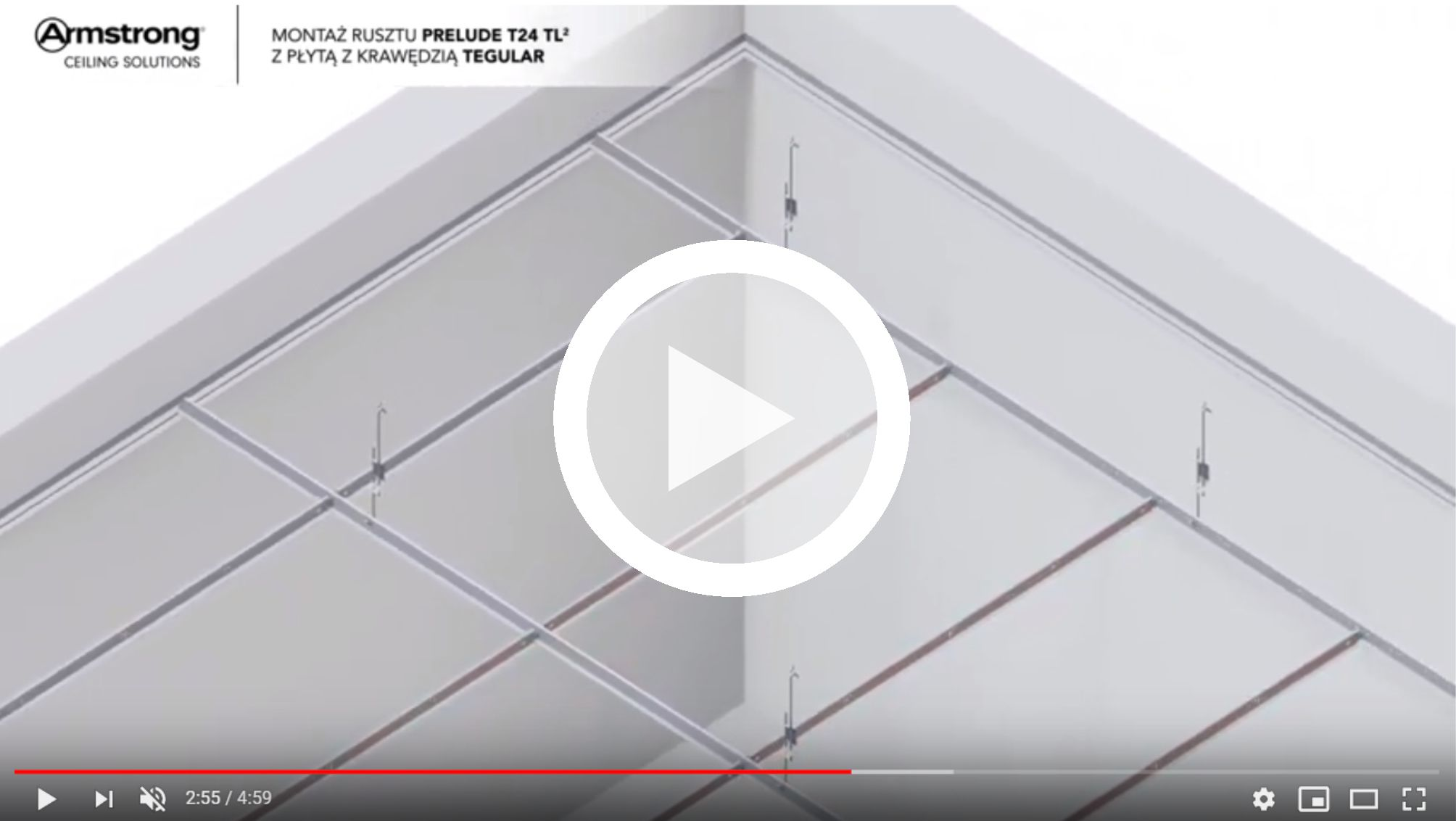 sufit-podwieszany-montaz-widoczna-konstrukcja-nosna-panele-poprzeczne-na-zaczep-armstrong