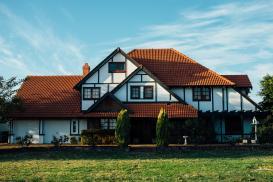 Dom parterowy czy piętrowy – konsekwencje liczby kondygnacji w architekturze domu