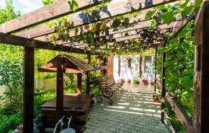 Drewniane pergole w ogrodzie – zrób to sam!