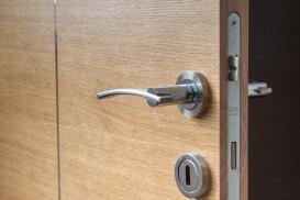 Drzwi wejściowe do mieszkania w bloku – bezpieczeństwo, funkcjonalność i estetyka