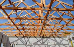 Montaż więźby dachowej – łączniki do więźb