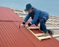 Jak prawidłowo wykonać pokrycie dachowe z bitumicznej płyty falistej?