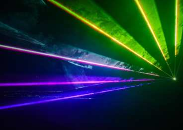 Pokaz laserów i sztucznych ogni na jubileuszowej imprezie Grupy