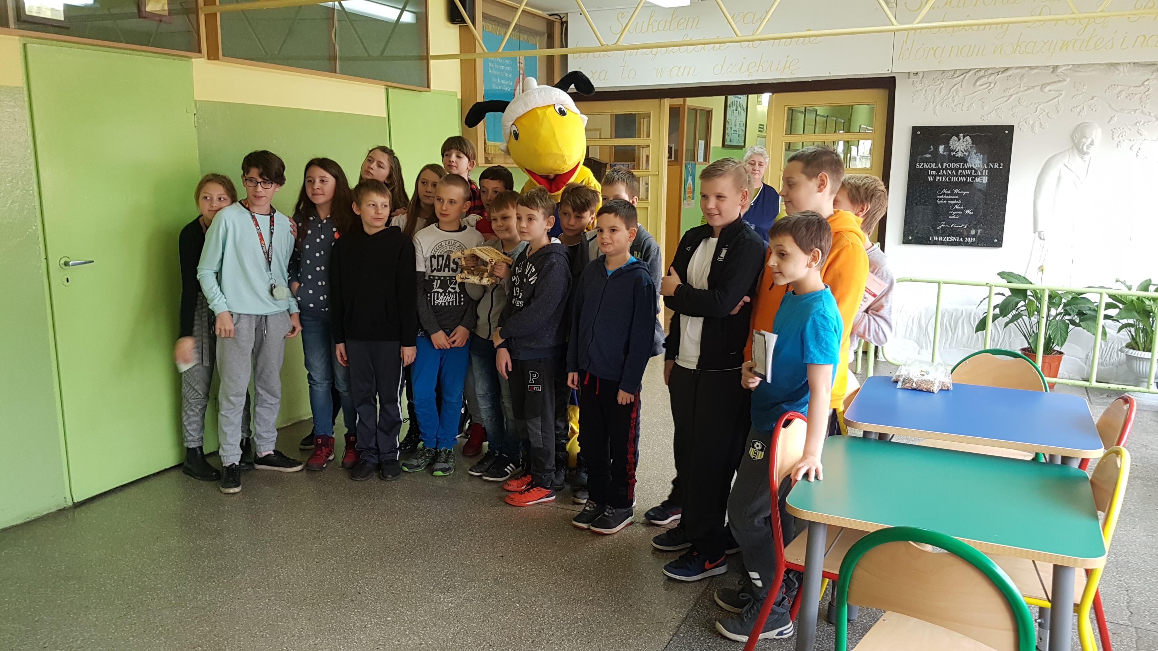 mrowka-piechowice-pomaga-w-dokarmianiu-ptakow-przez-szkoly